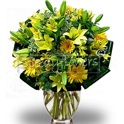 Very beautiful bouquet with its yellow warm shades. The flowers composing this floral arrangement are Roses and Gerbera looking like great daisies, to give to a sunny person on the anniversary day.