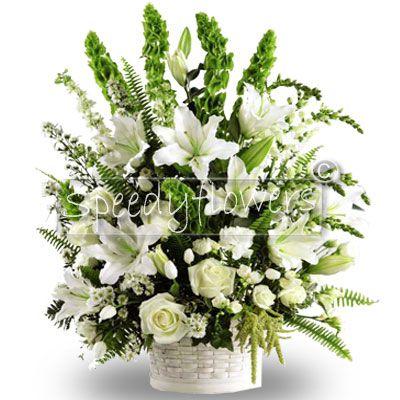 Composizione in Cesto con fiori bianchi.