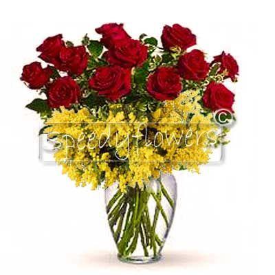 Regalare dodici rose rosse e mimosa